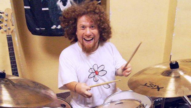 Marek Valenta při hraní na bicí